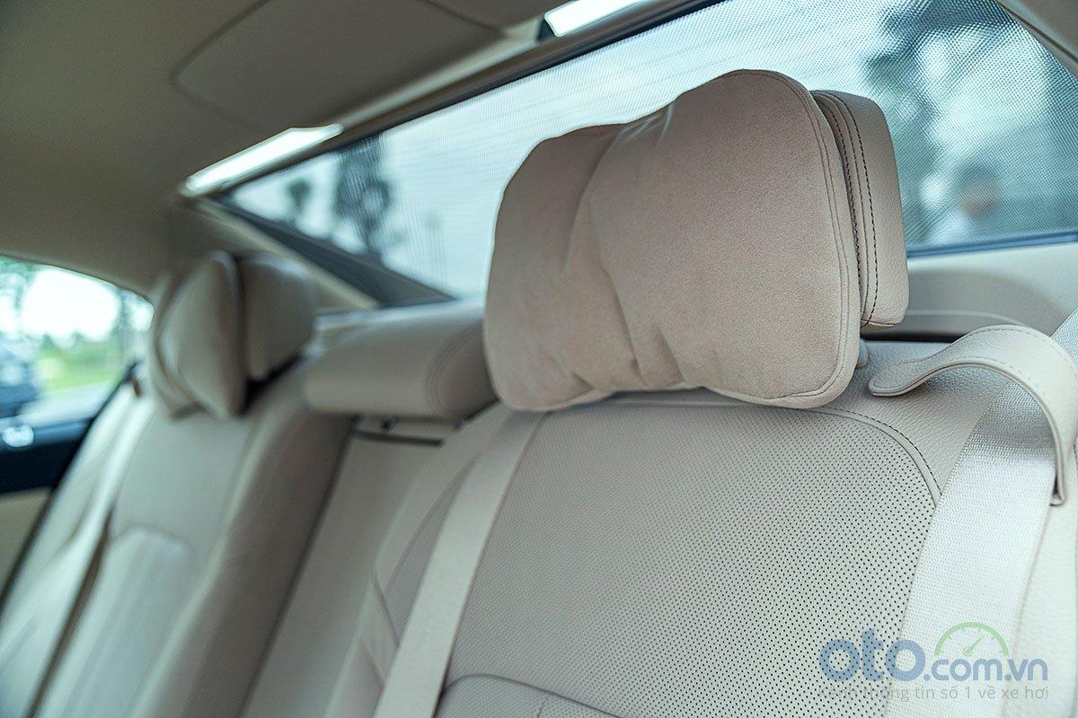 Đánh giá xe BMW 730Li 2019: Gối tựa đầu cho hành khách phía sau.