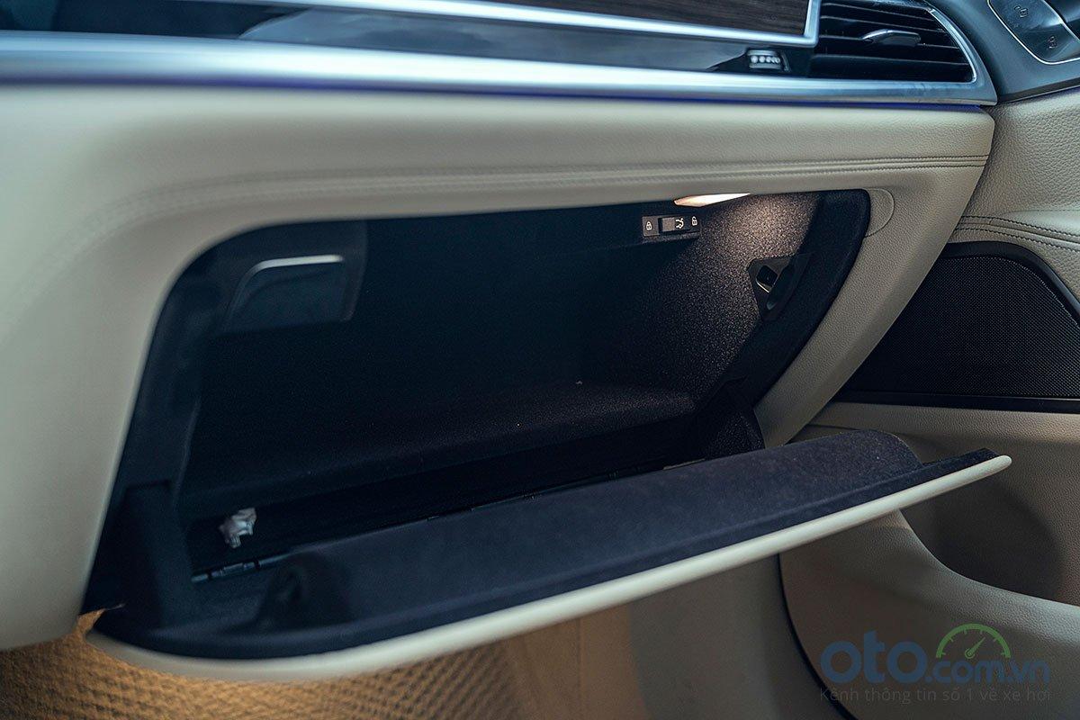 Đánh giá xe BMW 730Li 2019: Hốc chứa đồ phụ cũng là vị trí đặt nước hoa.