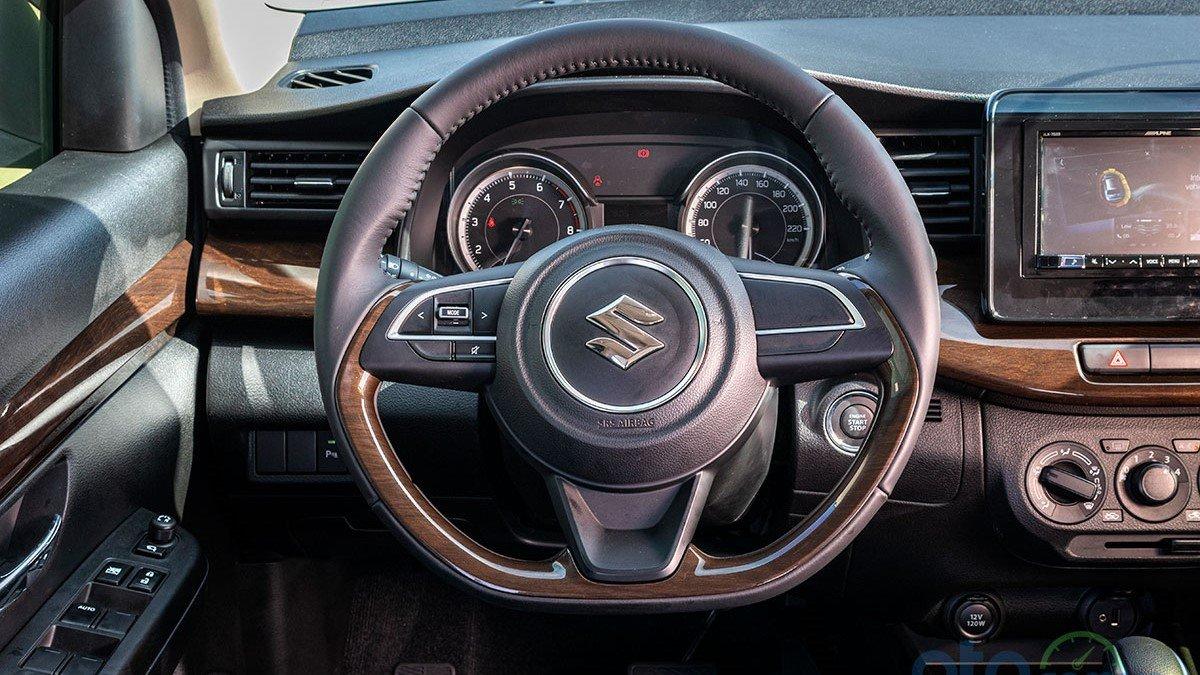So sánh xe Mitsubishi Xpander 2019 và Suzuki Ertiga 2019: Thiết kế vô lăng Ertiga 1