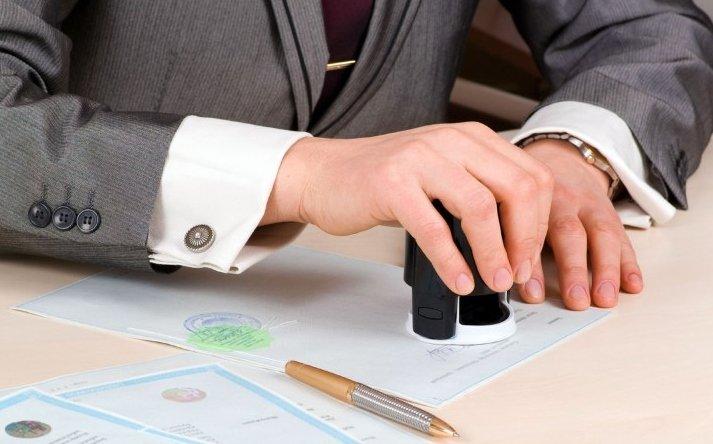 Kiểm tra kỹ giấy tờ, hợp đồng mua bán xe ô tô gia đình.