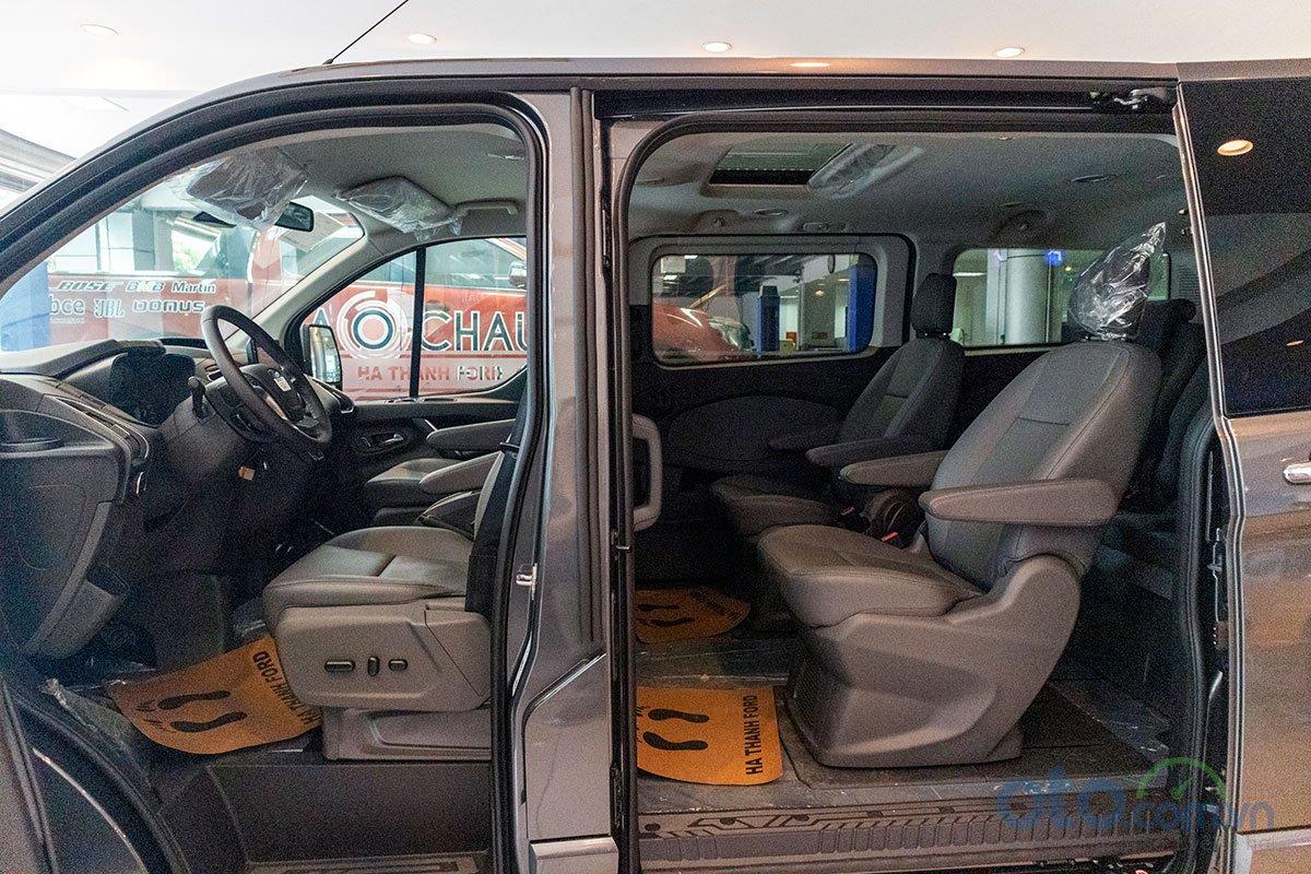 Ghế ngồi trên Ford Tourneo được bố trí theo phong cách 2/2/3.