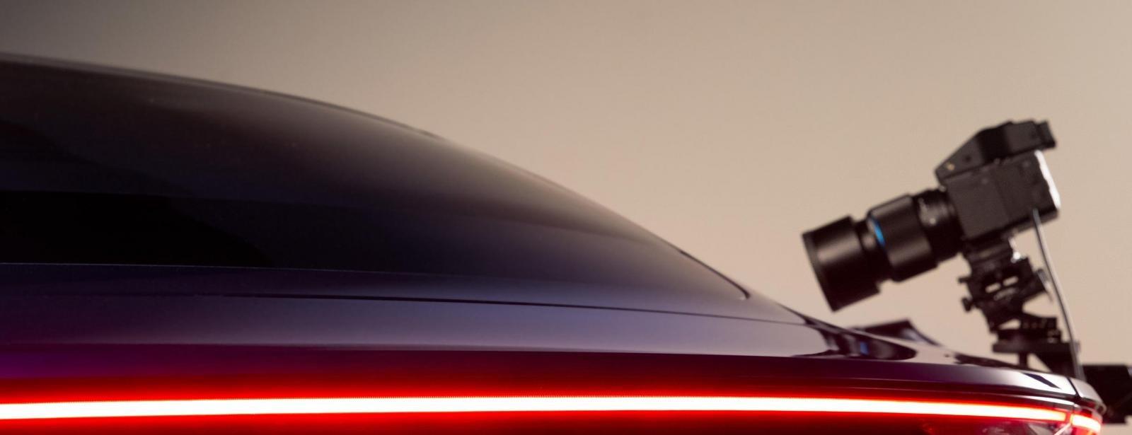 Đèn hậu dạng thanh ngang của Porsche Taycan.