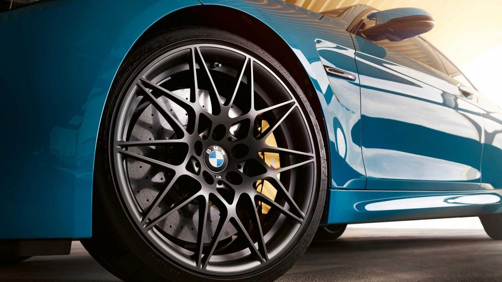 BMW M4 Edition M Heritage sở hữu la-zăng hợp kim 20 inch hình ngôi sao màu Orbit Grey mờ.