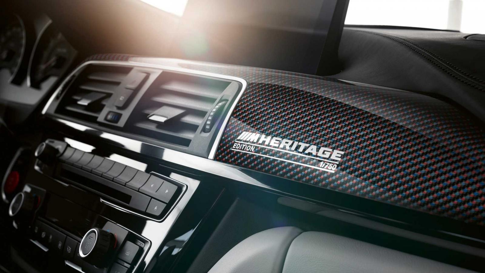 Logo BMW M4 Edition M Heritage trên bảng tap lô.