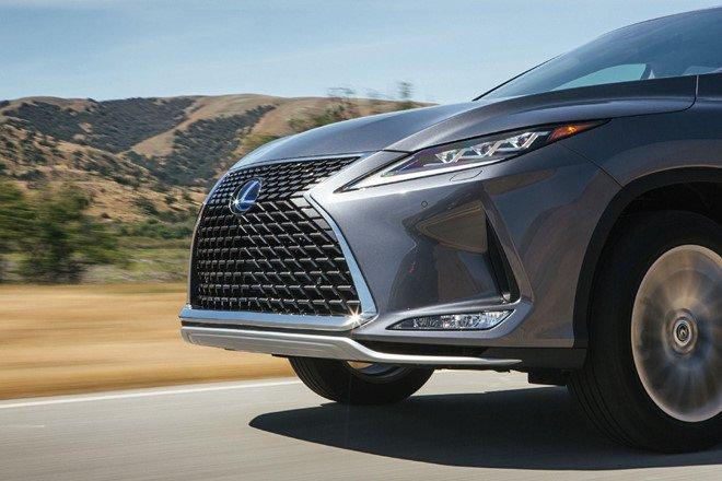 Lexus RX 2020 có cản trước nhẹ và thanh ổn định phía sau cứng cáp hơn.