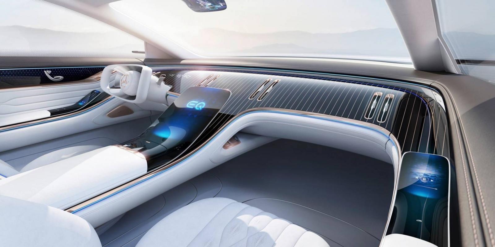 Bảng điều khiển trung tâm là màn hình cỡ lớn uốn cong từ bệ tì tay đặt giữa hai dãy ghế.