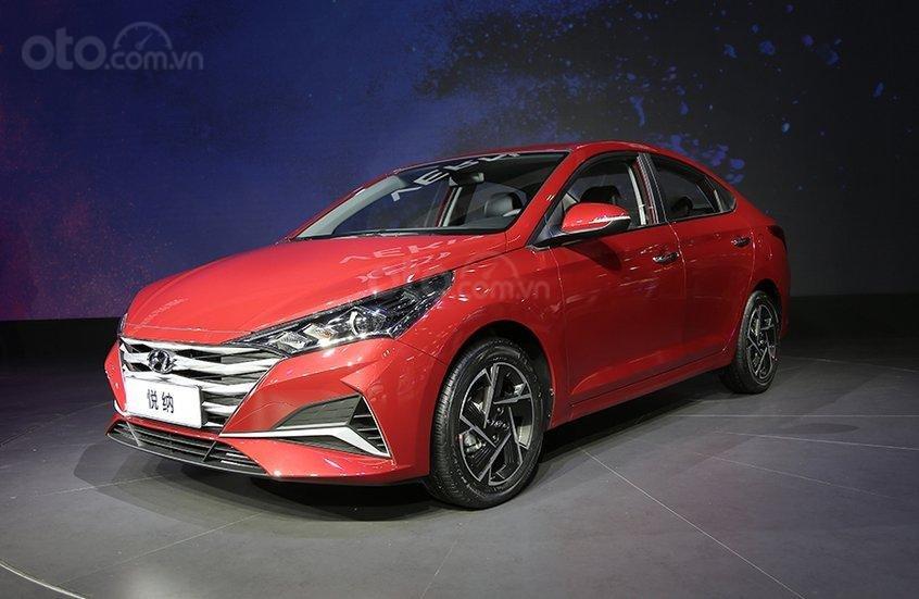 Góc 3/4 đầu xe Hyundai Accent 2020 nâng cấp mới.