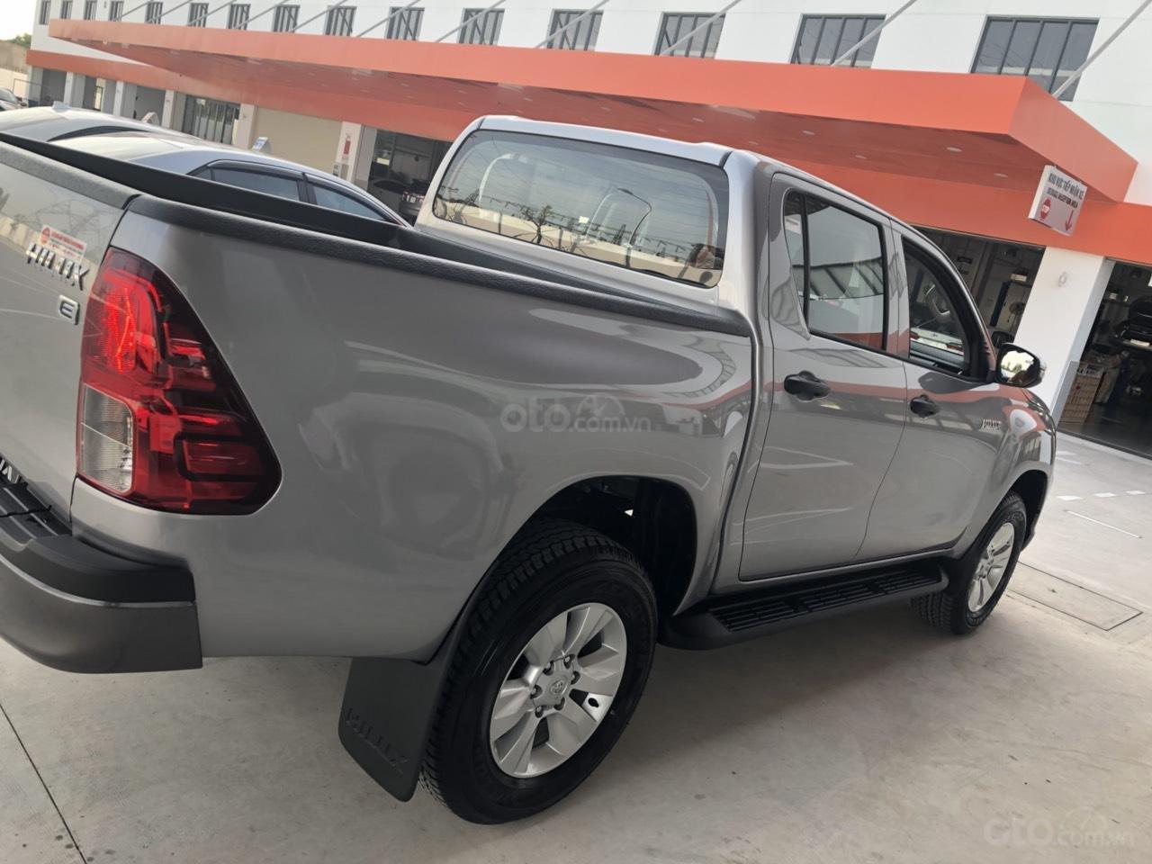 Bán Toyota Hilux 2.4 số sàn đời 2019, màu bạc, nhập khẩu nguyên chiếc (2)