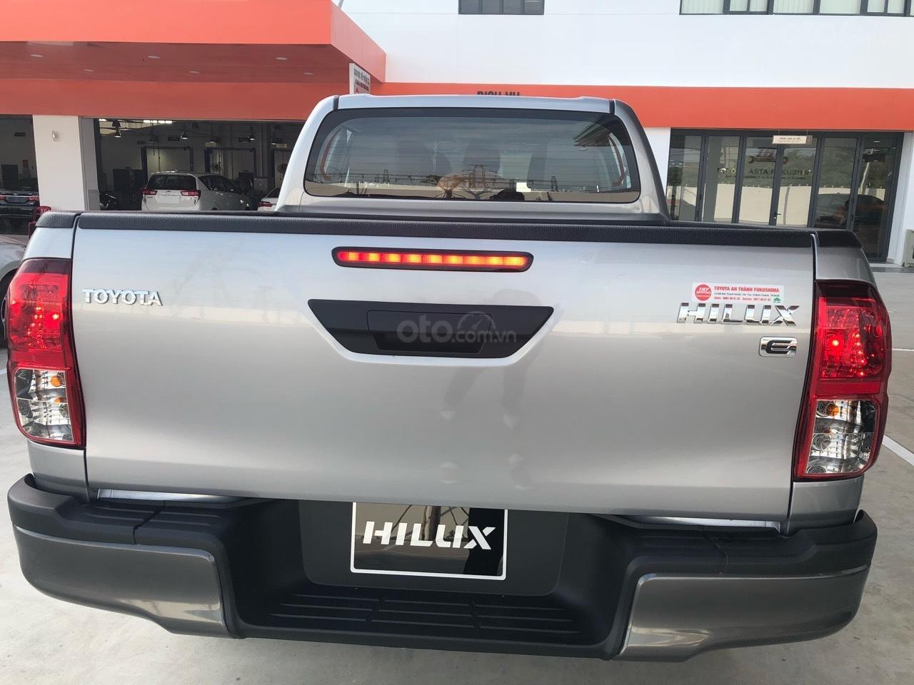 Bán Toyota Hilux 2.4 số sàn đời 2019, màu bạc, nhập khẩu nguyên chiếc (3)
