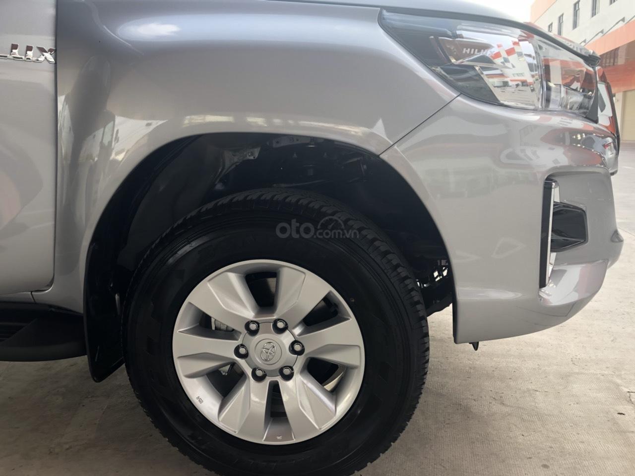 Bán Toyota Hilux 2.4 số sàn đời 2019, màu bạc, nhập khẩu nguyên chiếc (4)