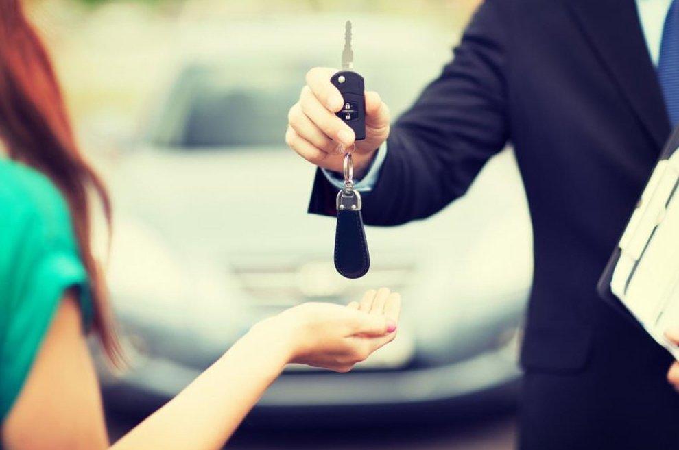 Trước khi quyết định mua xe, cần kiểm tra giấy tờ xe và hợp đồng phải rõ ràng.
