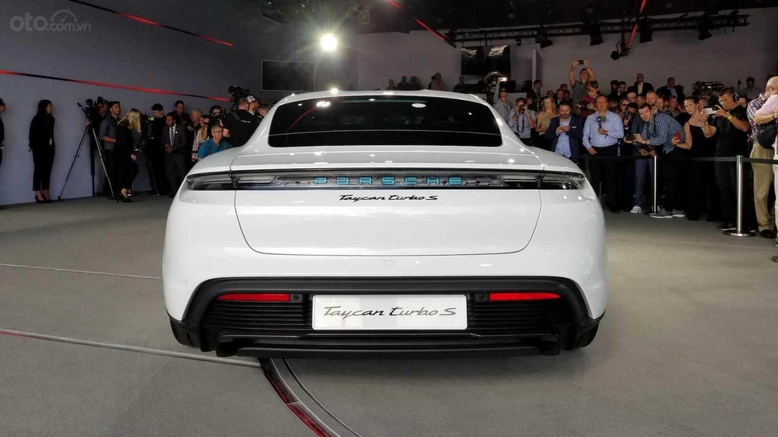 Đuôi xe Porsche Taycan 2020