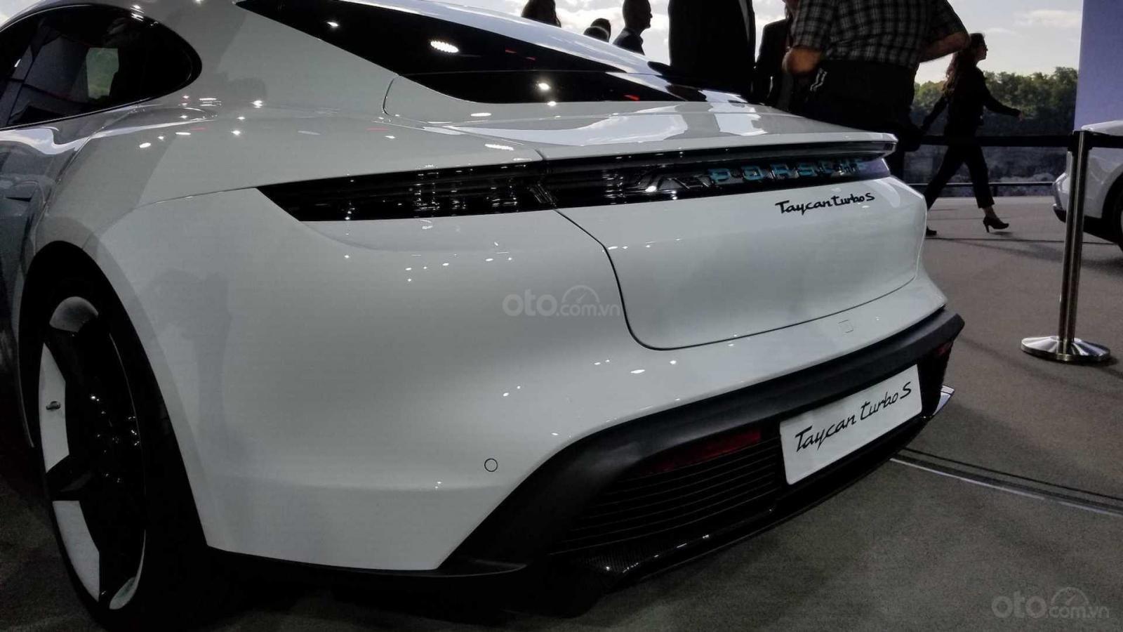 Đánh giá xe Porsche Taycan 2020 về khoang hành lý.