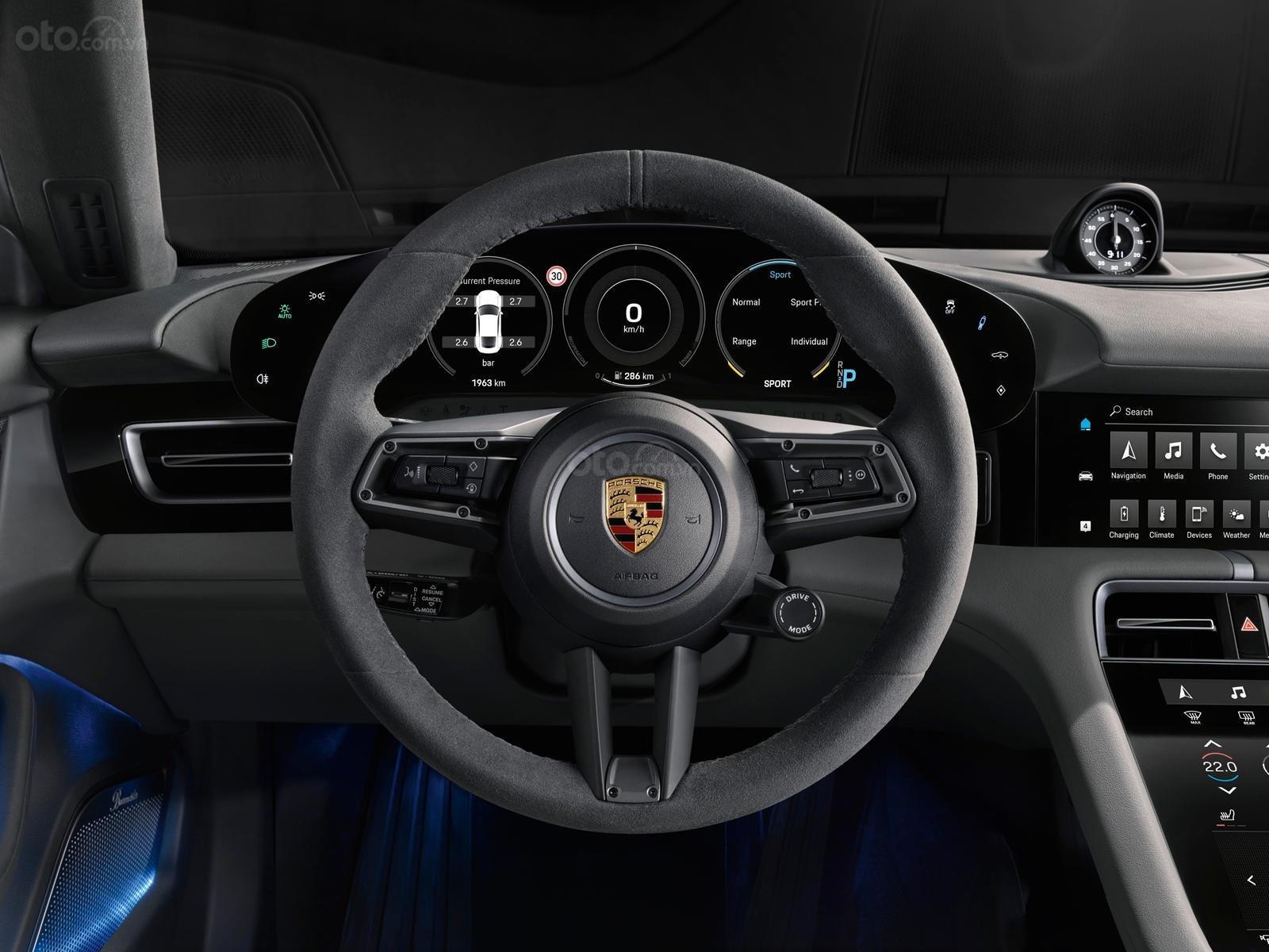 Đánh giá xe Porsche Taycan 2020 về bảng táp-lô.