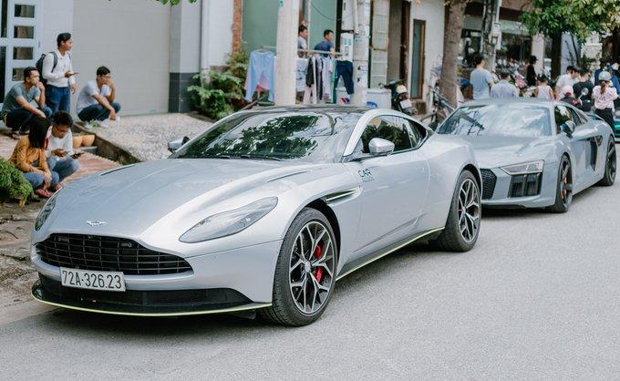 Aston Martin V8 Vantage màu xám tham gia hành trình tiền trạm.