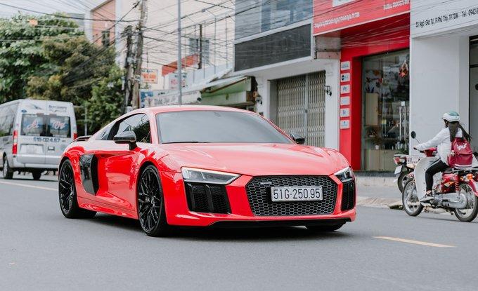 Audi R8 V10 Plus màu đỏ trang bị hệ thống ống xả Capristo.