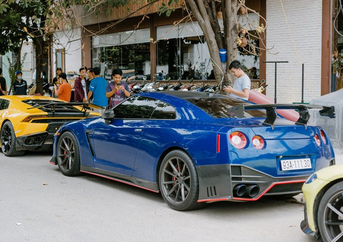 Nissan GT-R màu xanh với bodykit Nismo.