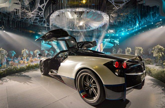 Video Minh Nhựa cầm lái Pagani Huayra 80 tỷ đưa gái diệu lên sân khấu đám cưới a3