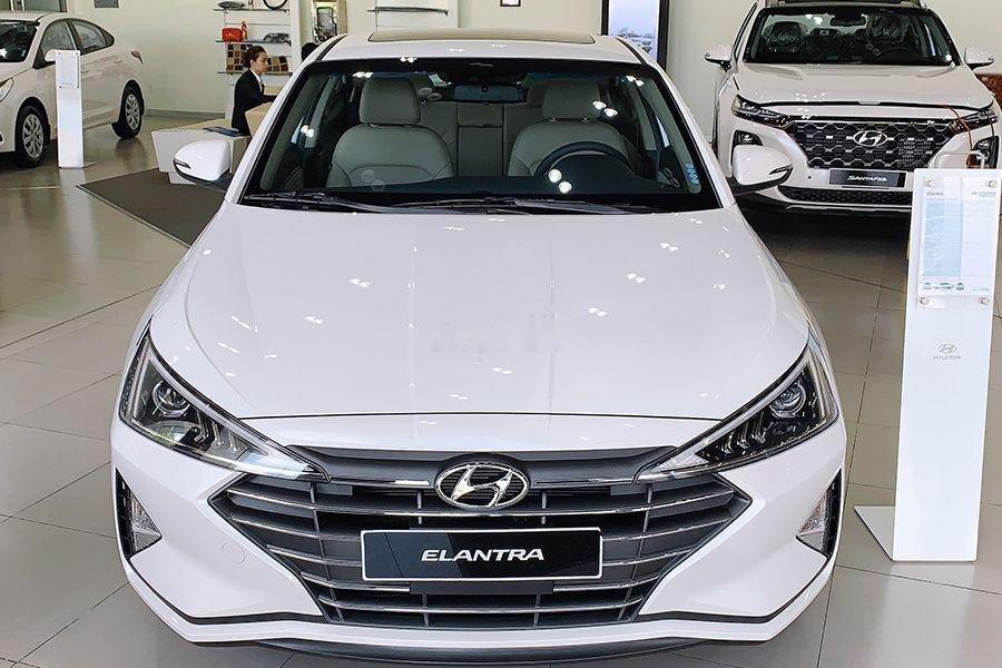 Bán Hyundai Elantra 1.6 MT đời 2019, giao xe ngay (1)