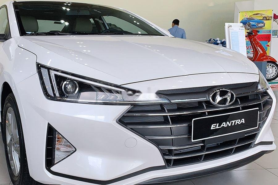 Bán Hyundai Elantra 1.6 MT đời 2019, giao xe ngay (2)