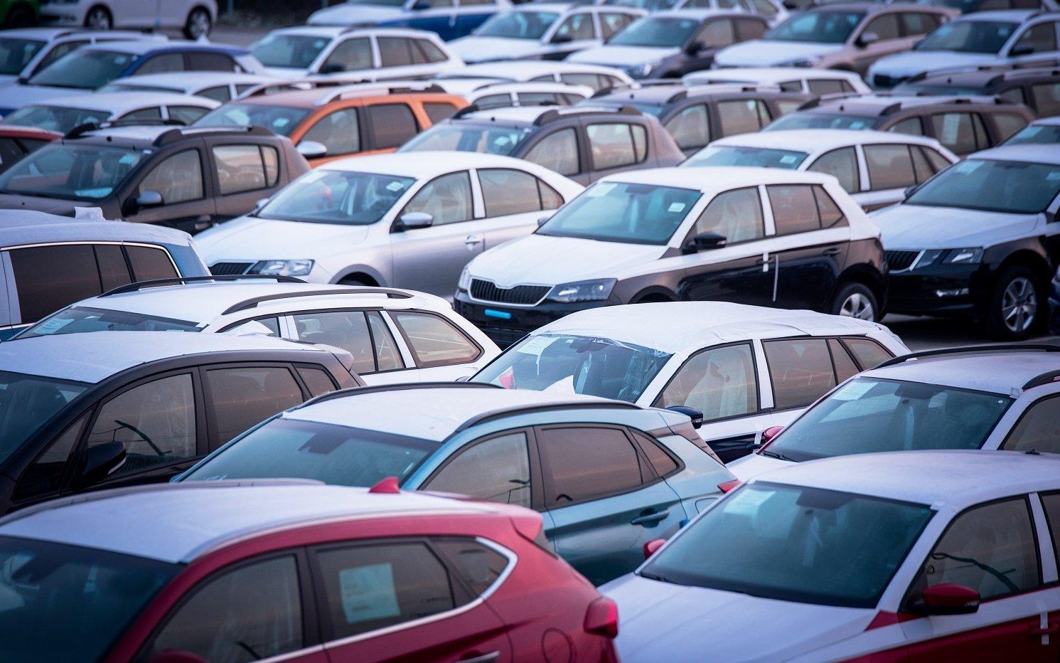 Thuế trước bạ xe ô tô cũ là 2% x giá trị sử dụng còn lại của xe x giá bán ban đầu.