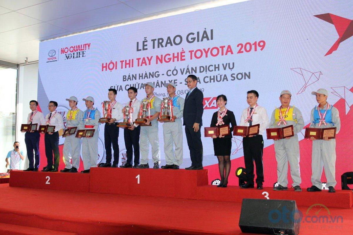 Ông Toru Kinoshita, Tổng Giám đốc TMV trao giải cho người thắng cuộc.