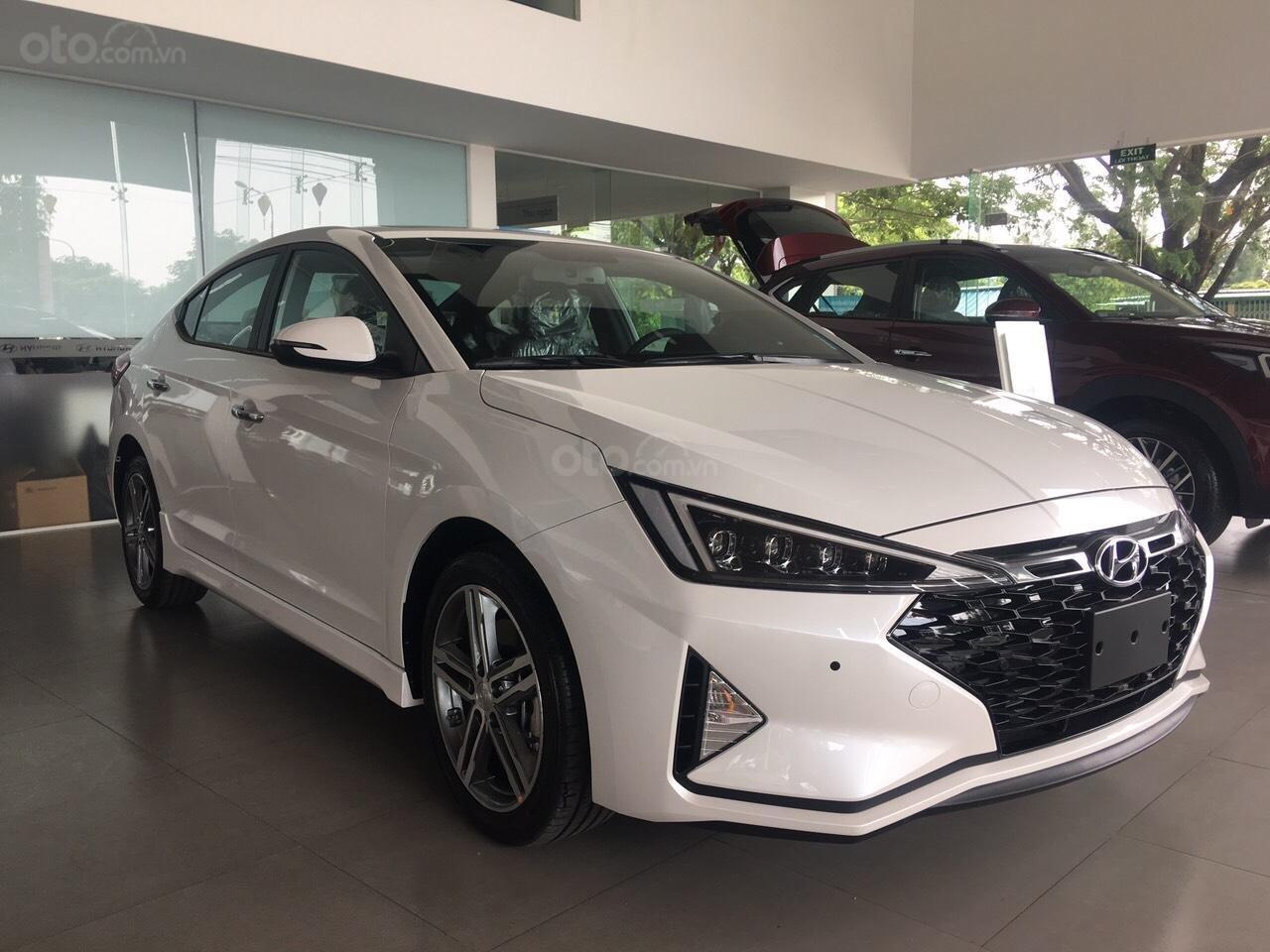 Bán xe Hyundai Elantra 2019 có sẵn, giảm ngay 20Tr tiền mặt và tặng dán phim chính hãng (1)