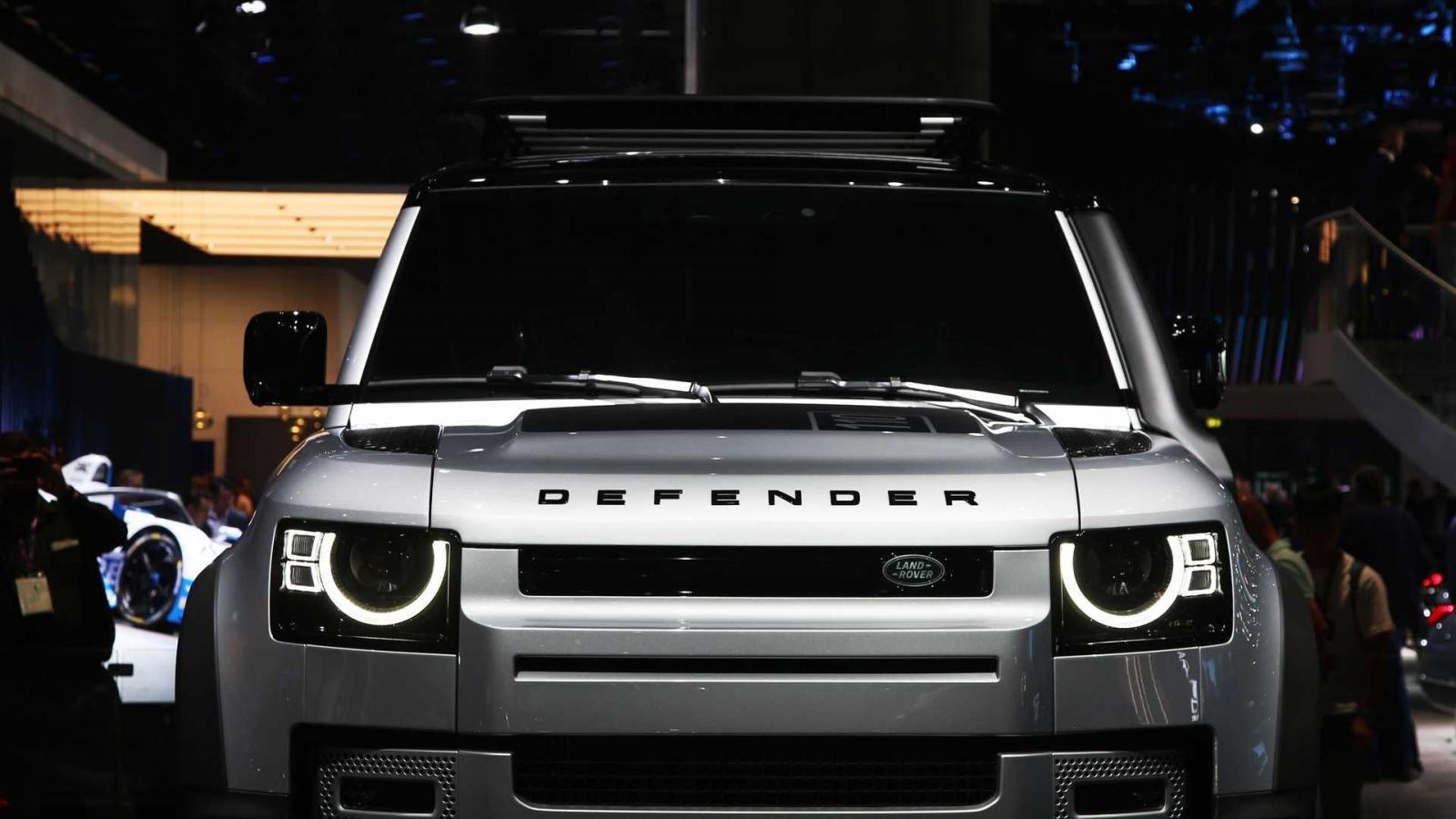 Land Rover Defender 2020 sở hữu phần đầu xe mềm mại hơn phiên bản tiền nhiệm.