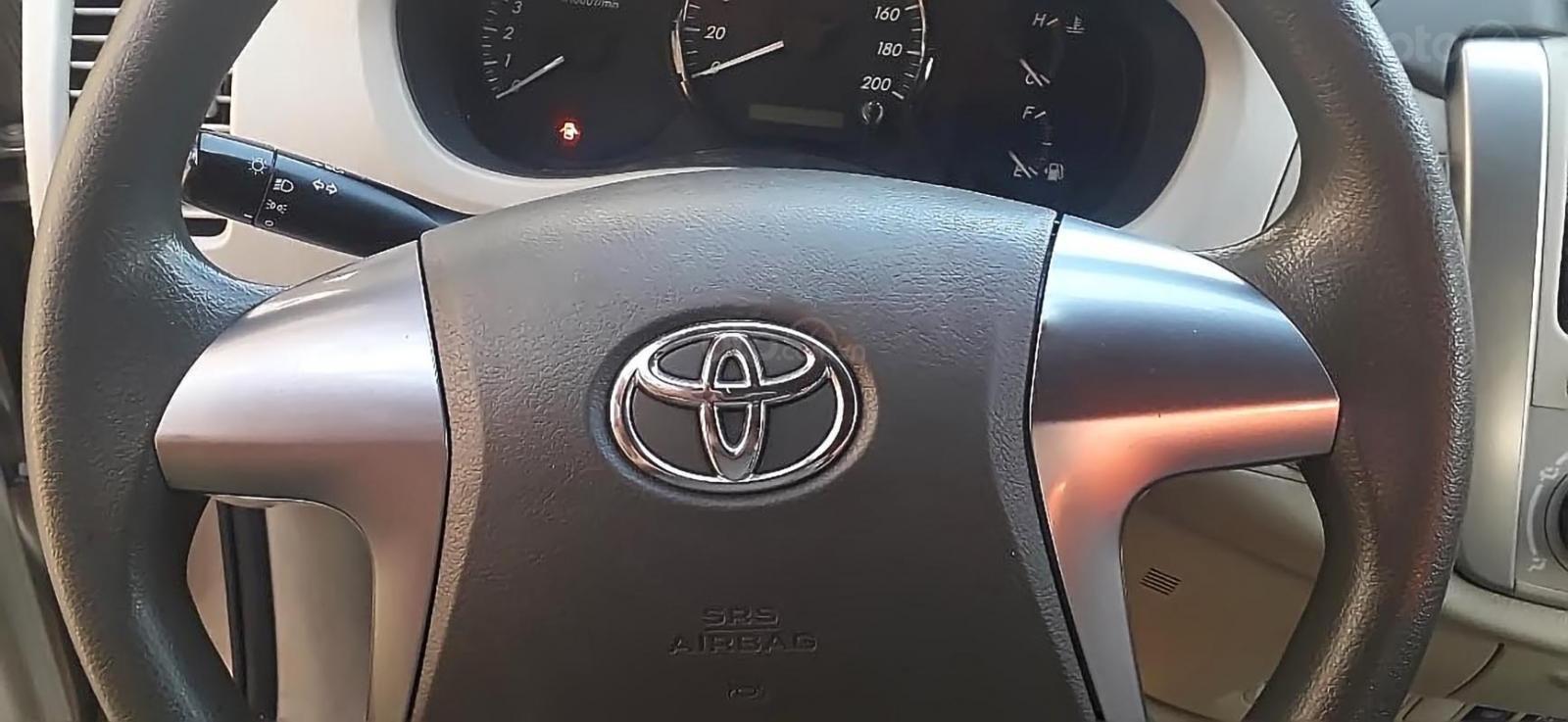 Gia đình bán Toyota Innova 2.0E năm 2014, màu vàng cát-4