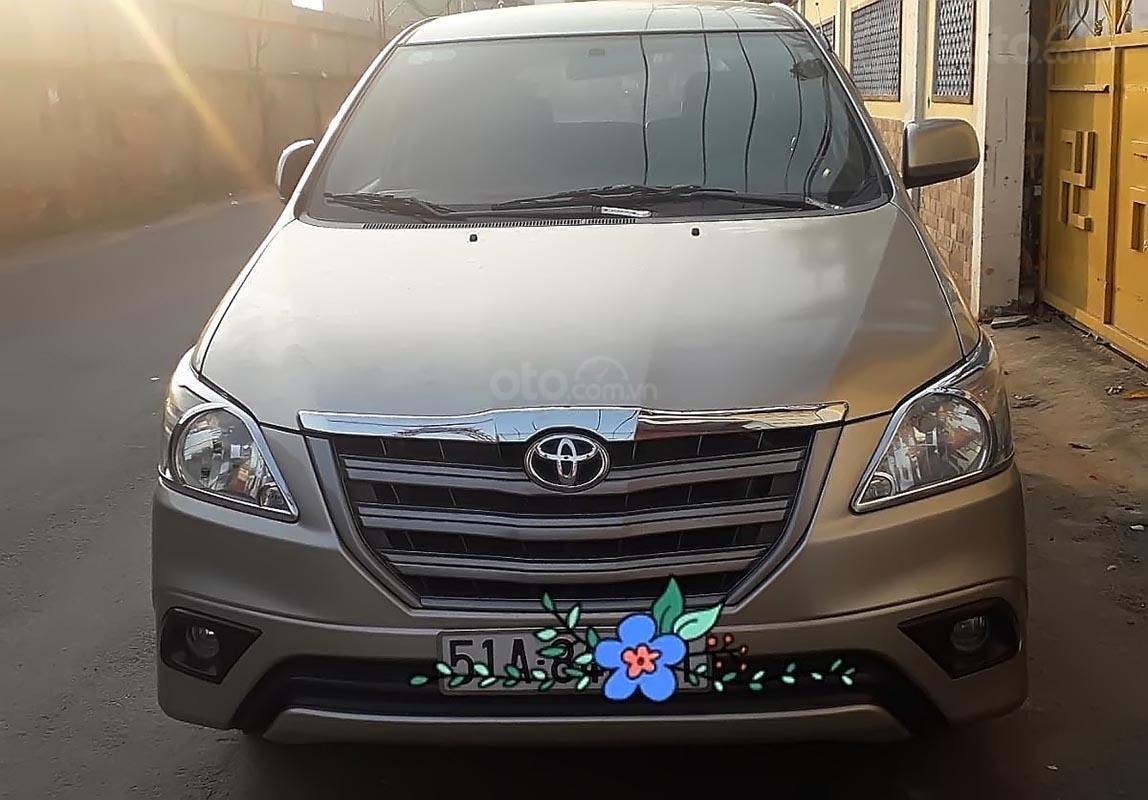 Gia đình bán Toyota Innova 2.0E năm 2014, màu vàng cát-3