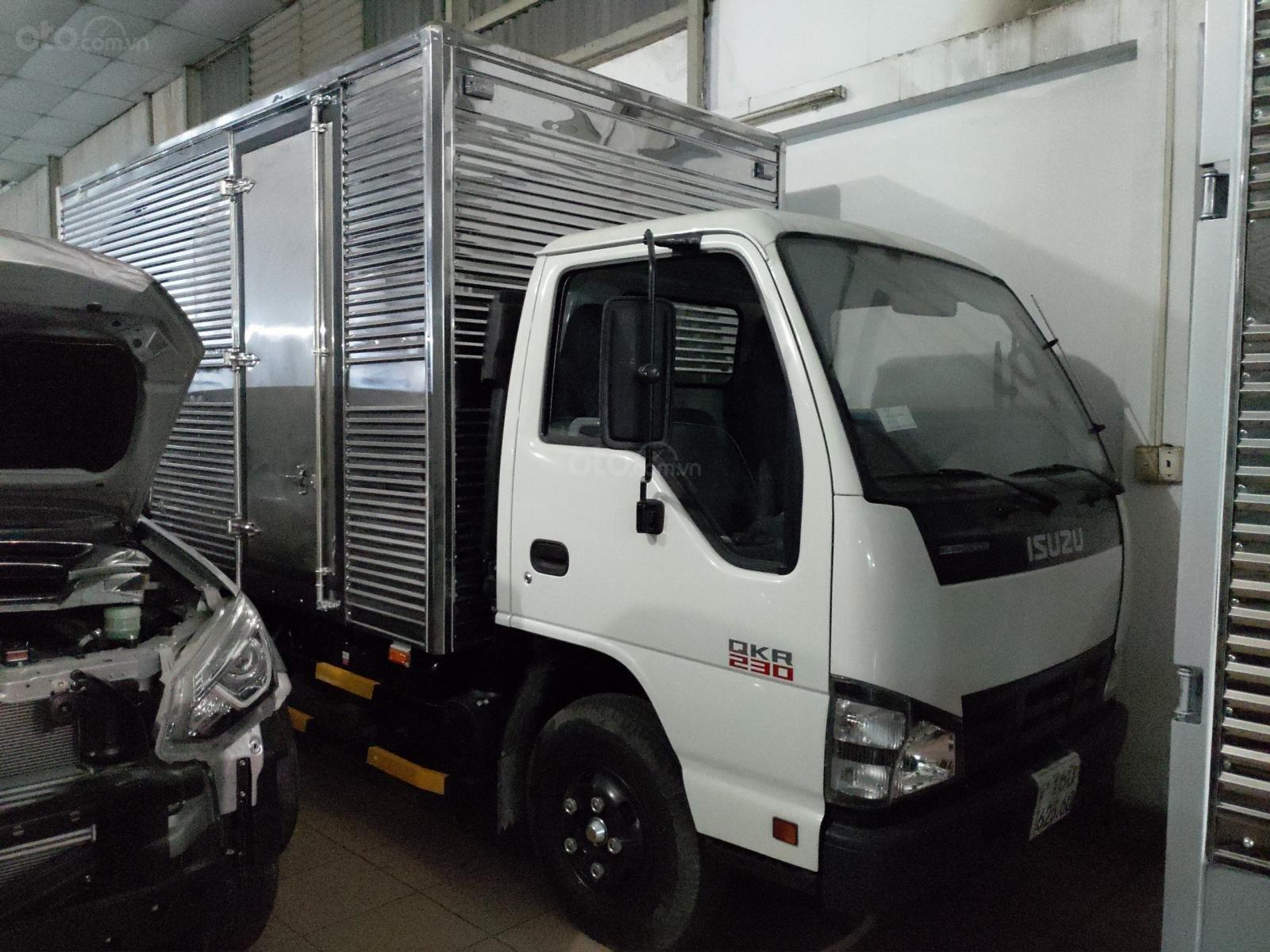 Bán Isuzu 2.5 tấn thùng kín 3.6m, KM máy lạnh, 12 phiếu bảo dưỡng, Radio MP3, 50% thuế trc bạ (3)