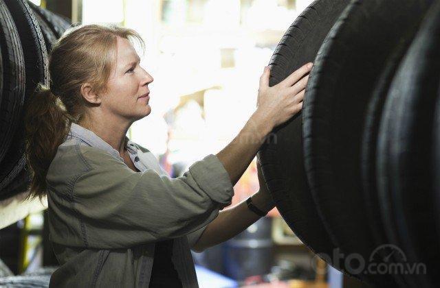 Xác định xem liệu bạn cần mua lốp xe mới.