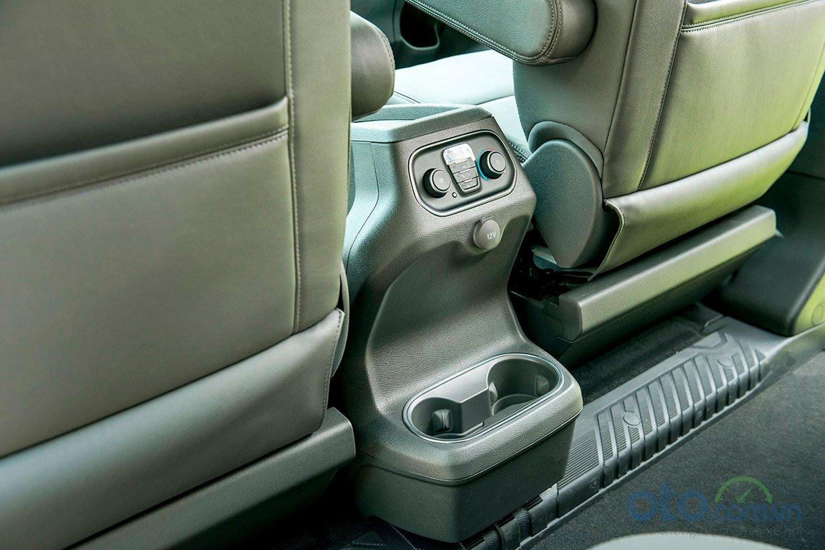 Ford Tourneo có nhiều thiết kế vị trí thông minh.