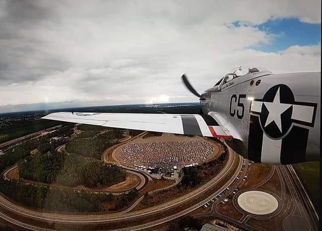 Ford huy động máy bay chiến đấu P51 Mustang để ghi lại toàn cảnh từ trên cao.