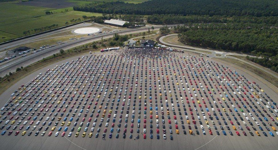 1326 xe Ford Mustang quy tụ diễu hành tại Ford's Lommel Proving Ground (Bỉ).