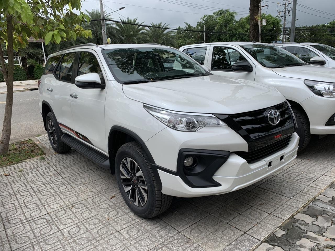 Bán trả góp xe Toyota Fortuner TRD 2019 màu trắng tại Toyota Tây Ninh (2)