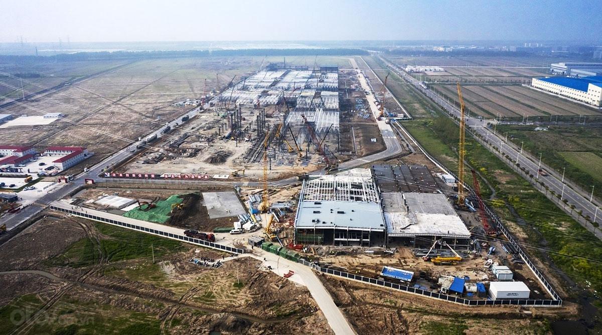 Nhà máy Gigafactory của Tesla đang được gấp rút xây dựng.