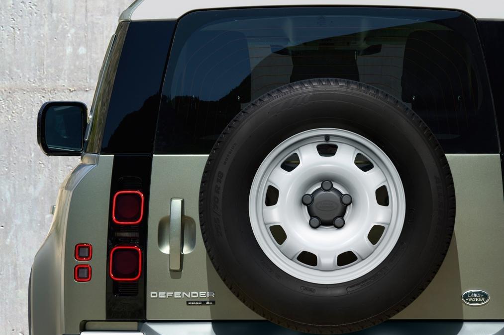 Land Rover Defender 2020 lốp dự phòng