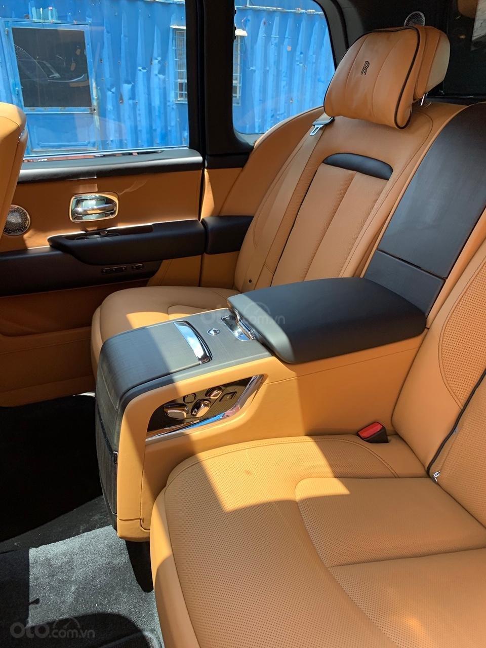 Cần bán xe Rolls-Royce Cullinan đời 2020, màu đen, nhập khẩu nguyên chiếc (10)
