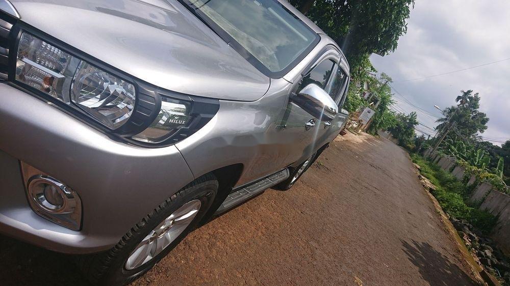 Bán xe Toyota Hilux 2016, màu bạc. Giá 570tr (4)