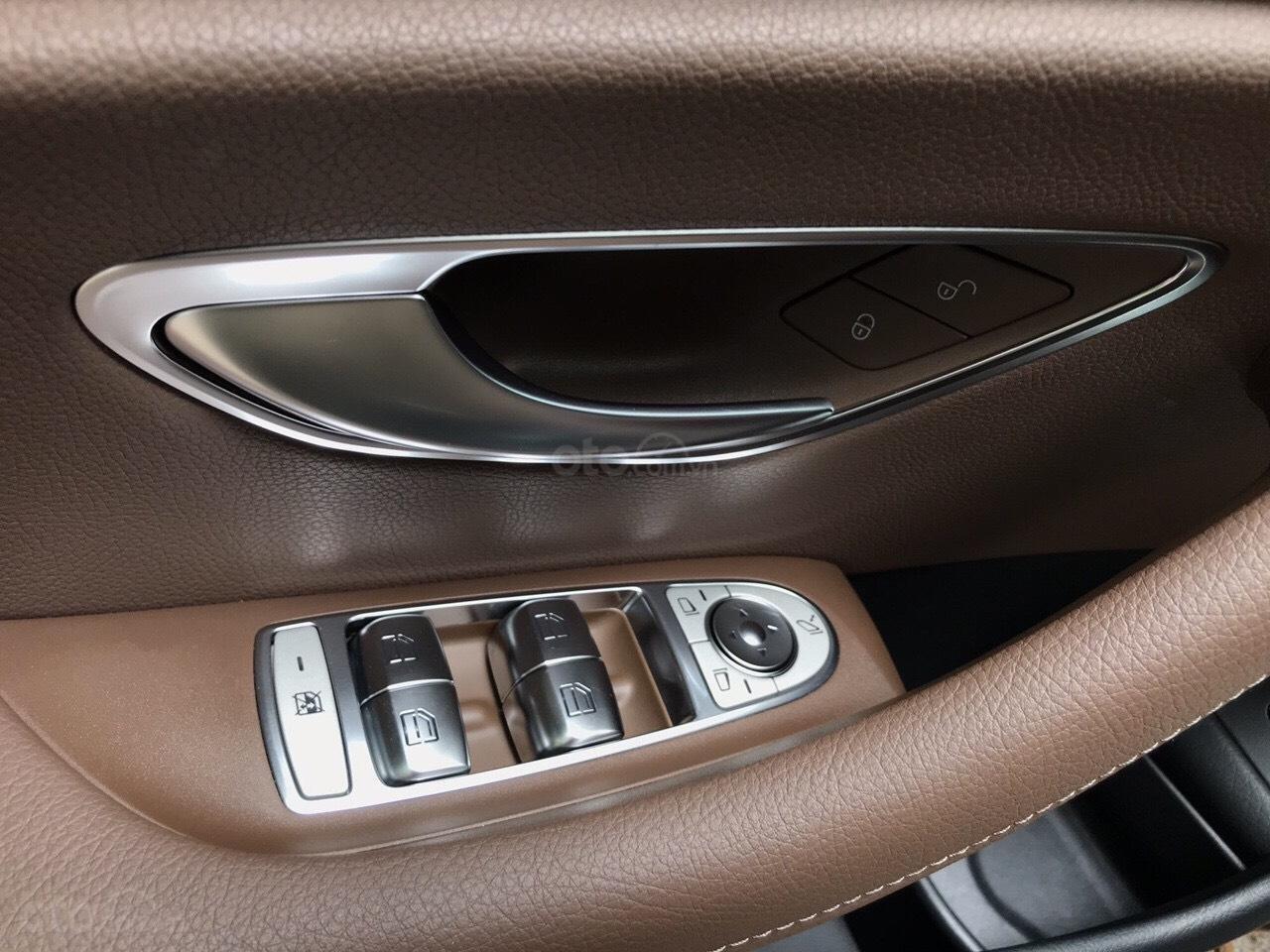 Bán xe Mercedes E200 2019 form mới, màu đen, biển số VIP (7)