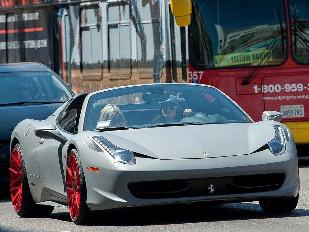 Ferrari 458 Italita của Kylie Jenner được bạn trai Tyra tặng nhân dịp sinh nhật thứ 18.