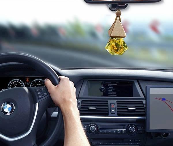 Không nên sử dụng các loại chất tạo mùi, tinh dầu để khử mùi trên ô tô.