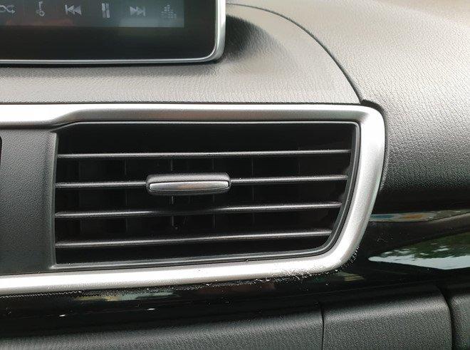 Thay lọc gió điều hòa định kỳ là việc cần làm để đảm bảo làm sạch không khí trong xe.