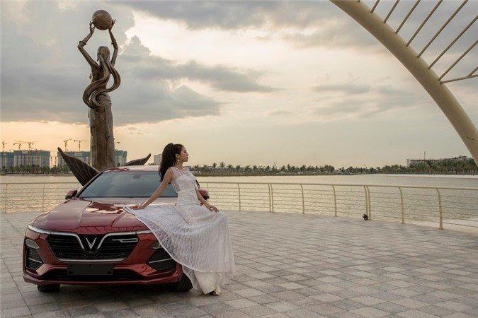 Người đẹp khoe vẻ thướt tha bên xe VinFast Lux A 2.0.