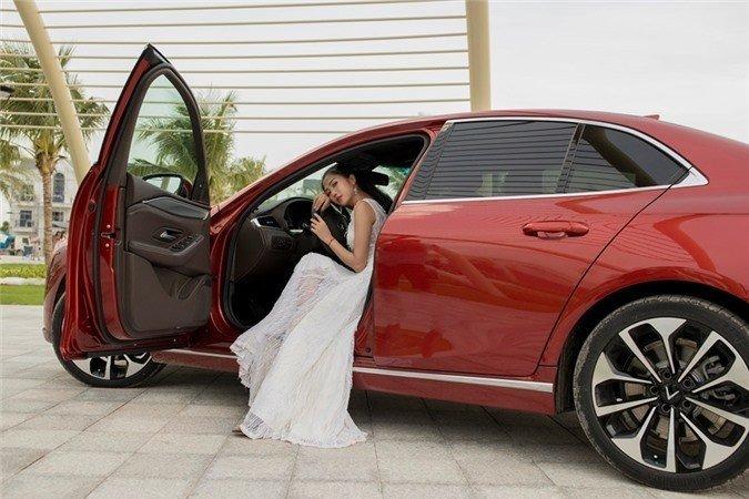 Người đẹp khoe vẻ thướt tha bên xe VinFast Lux A 2.0  - Ảnh 1.