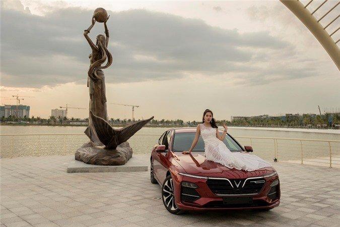 Người đẹp khoe vẻ thướt tha bên xe VinFast Lux A 2.0  - Ảnh 3.