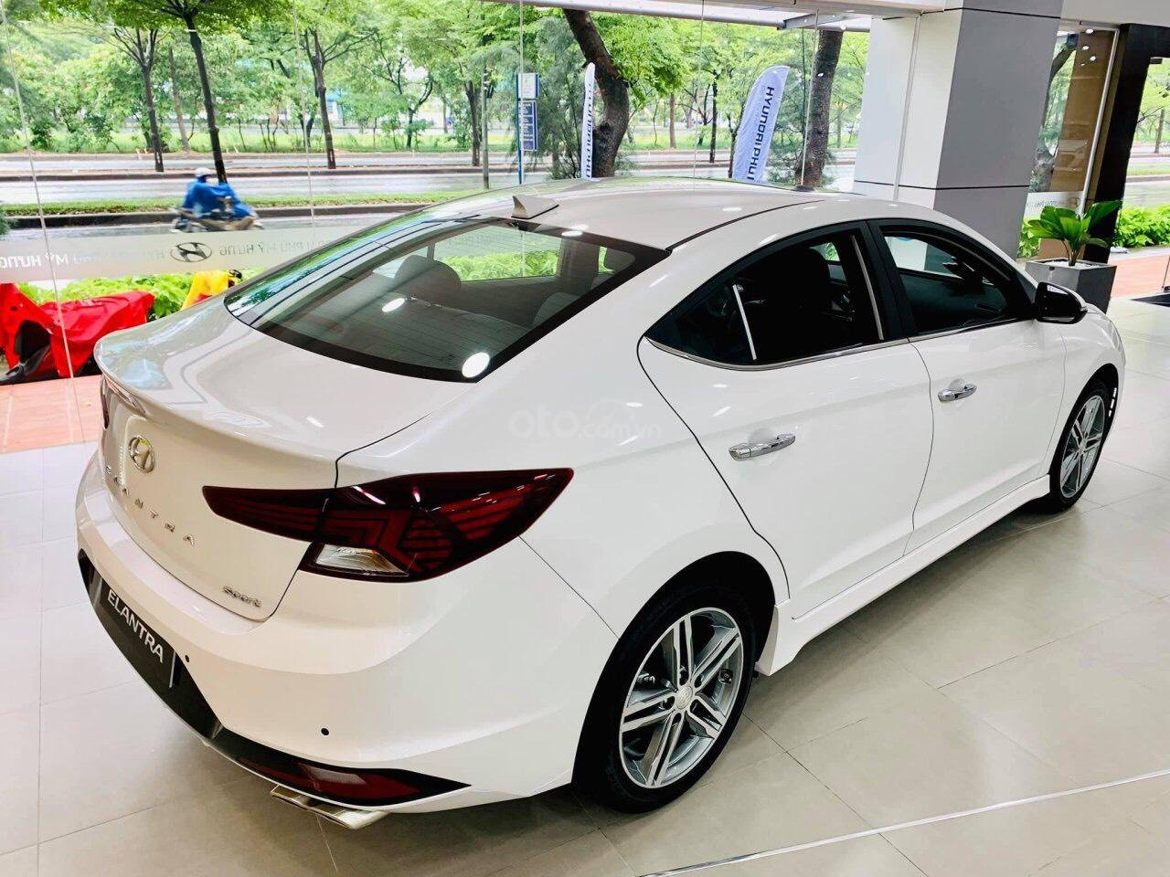 Hyundai Elantra giá cực tốt, nhiều khuyến mãi và quà tặng, hỗ trợ ngân hàng 80% giá xe (5)