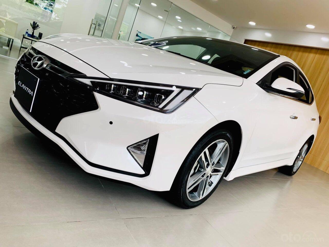 Hyundai Elantra giá cực tốt, nhiều khuyến mãi và quà tặng, hỗ trợ ngân hàng 80% giá xe (9)
