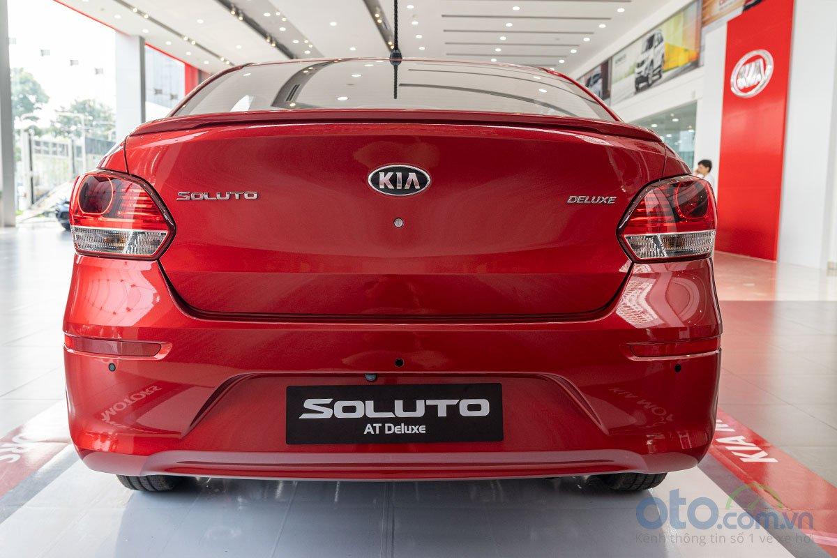 So sánh xe Kia Soluto 2019 và Mazda 2 2019 về thiết kế đuôi xe.